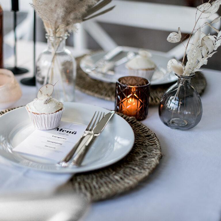 Close-Up eines dekoriererten Tisches mit Trockenblumen