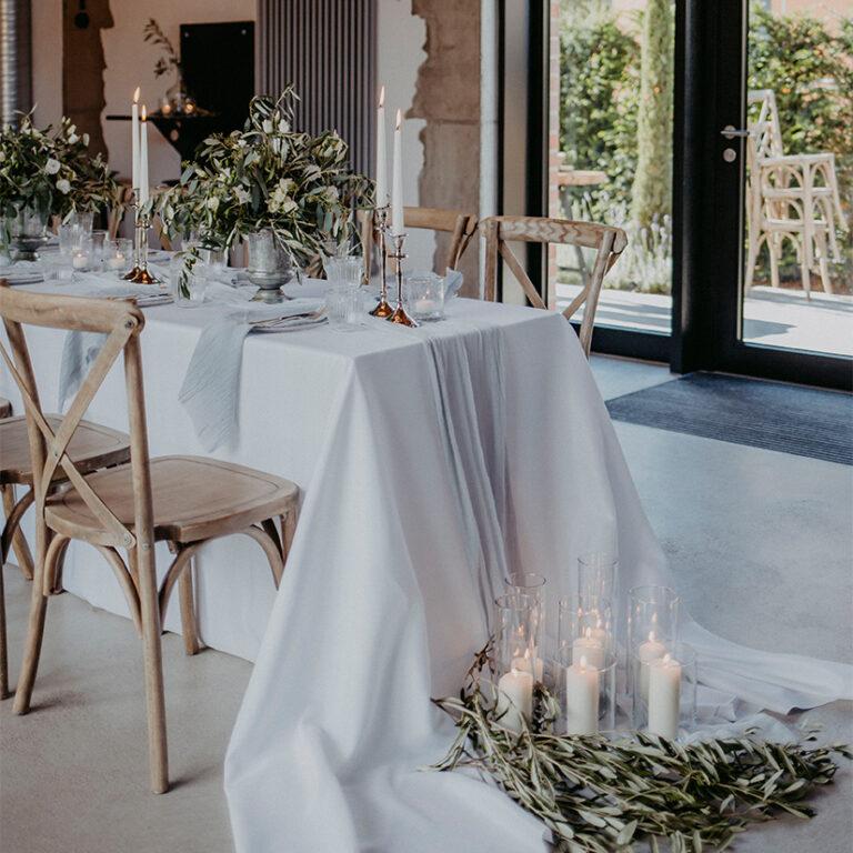 Tischdekoration mit vielen Kerzen und Blumen