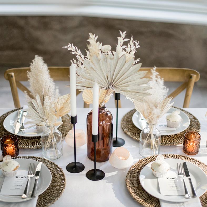 dekorierter Tisch min Naturfarben mit Trockenblumen